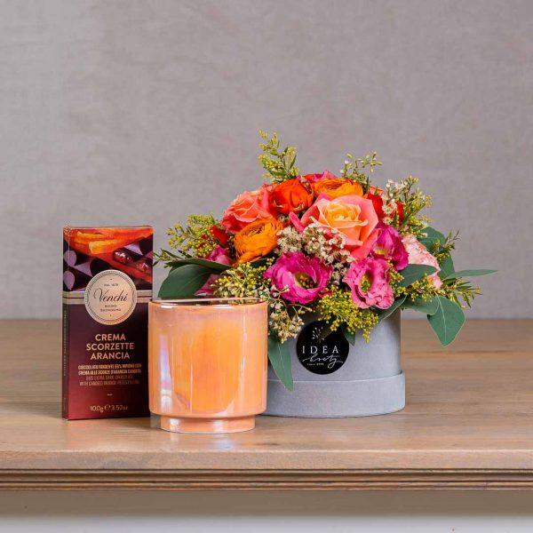 Darček pre ženu - kvetinový set s kvetinovým boxom, výberovou čokoládou a vonnou sviečkou